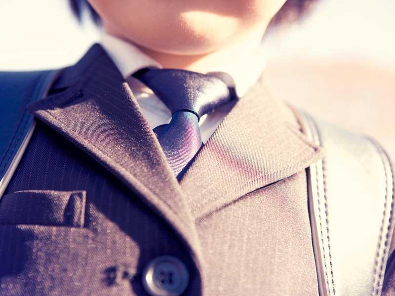 制服を着た小学生の胸元