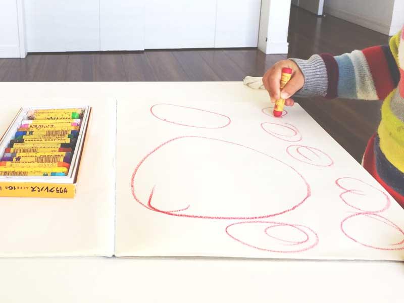 たくさんの丸を描く子供の手