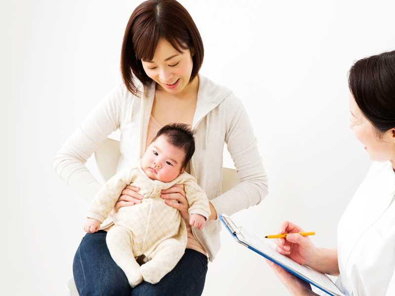 健診する赤ちゃん
