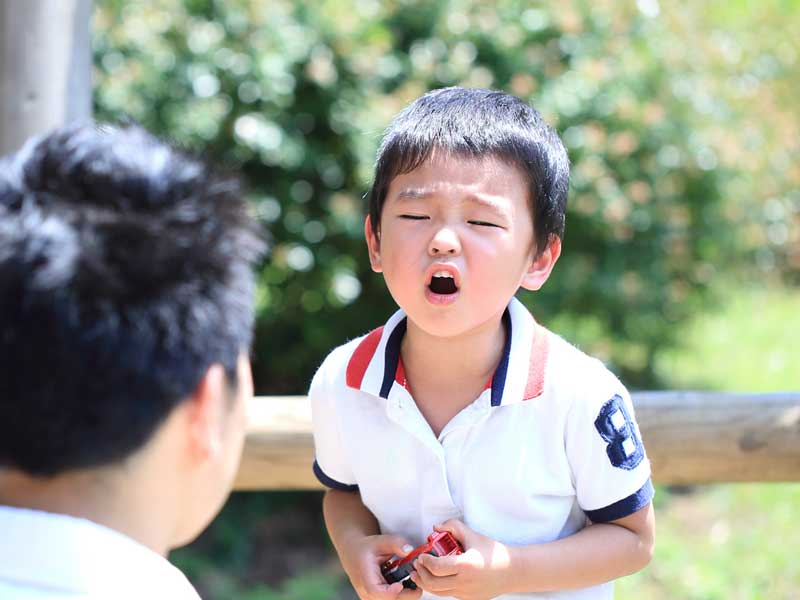 怒っている男の子