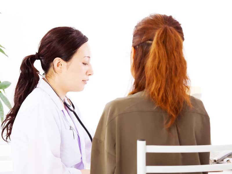 医師と相談する妊婦さん