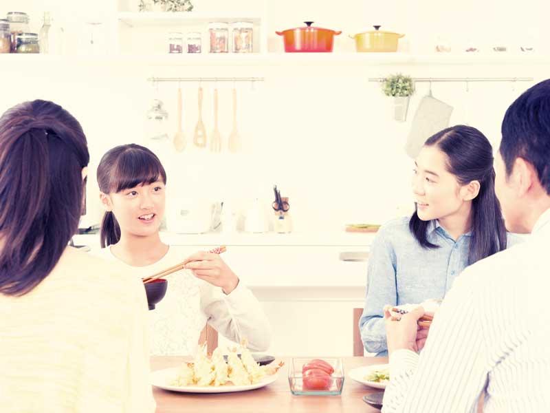 食事をしている4人家族