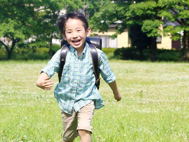 ランドセルを背負って走る子供