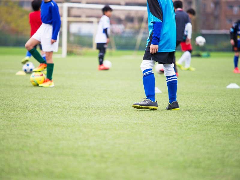 サッカーをしている小学生達