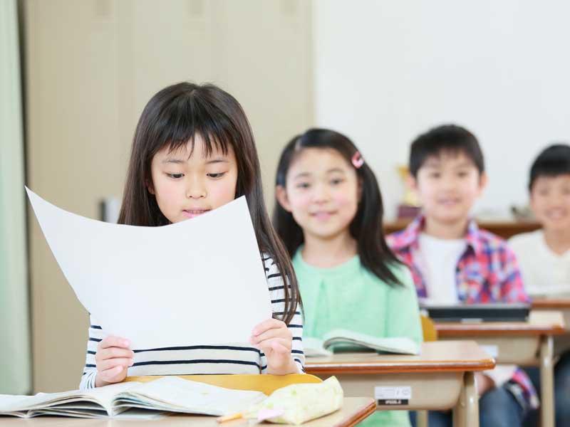 授業の発表をする女の子