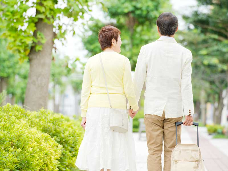 旅行をしている仲良し夫婦