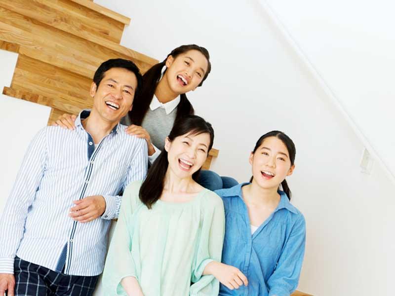 笑顔の四人家族