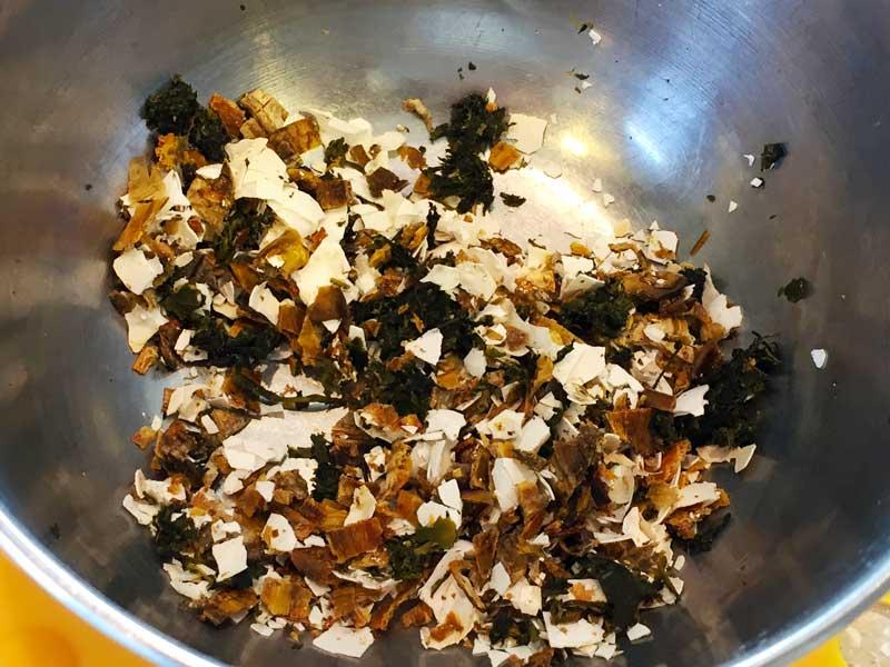 乾燥した茶殻とバナナの皮と卵の殻で作った肥料