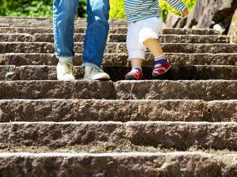 階段を降りる親子