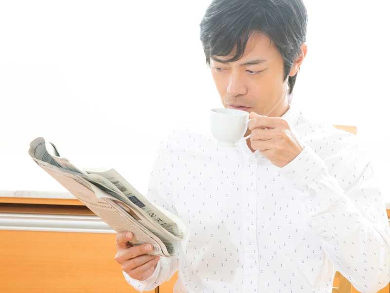 新聞を読んでいる旦那さん
