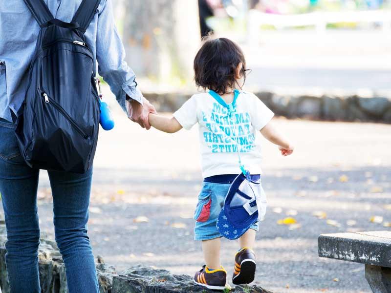 手を繋いでお散歩する親子