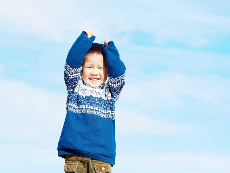 笑顔でジャンプする男の子