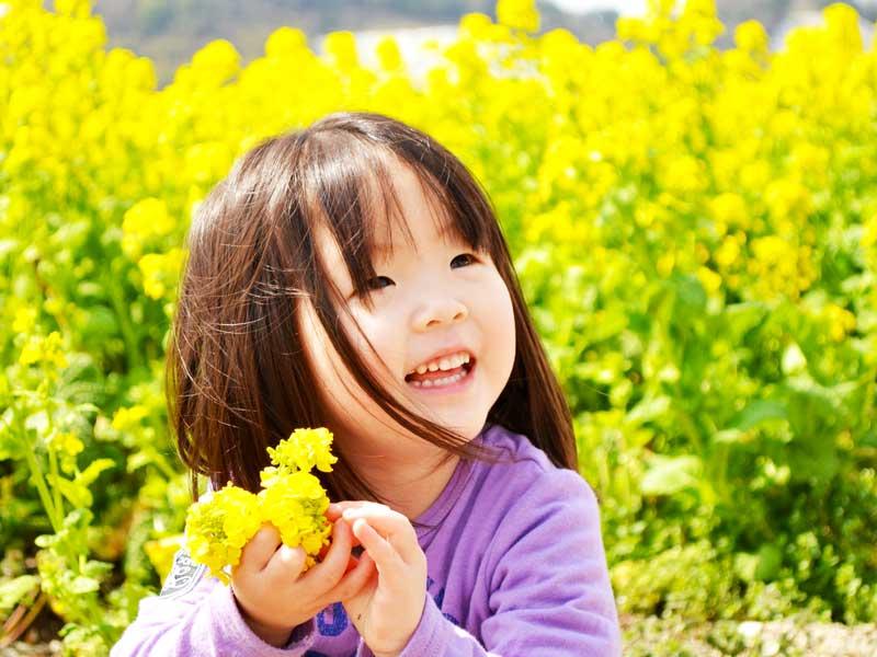 お花畑にいる笑顔の女の子