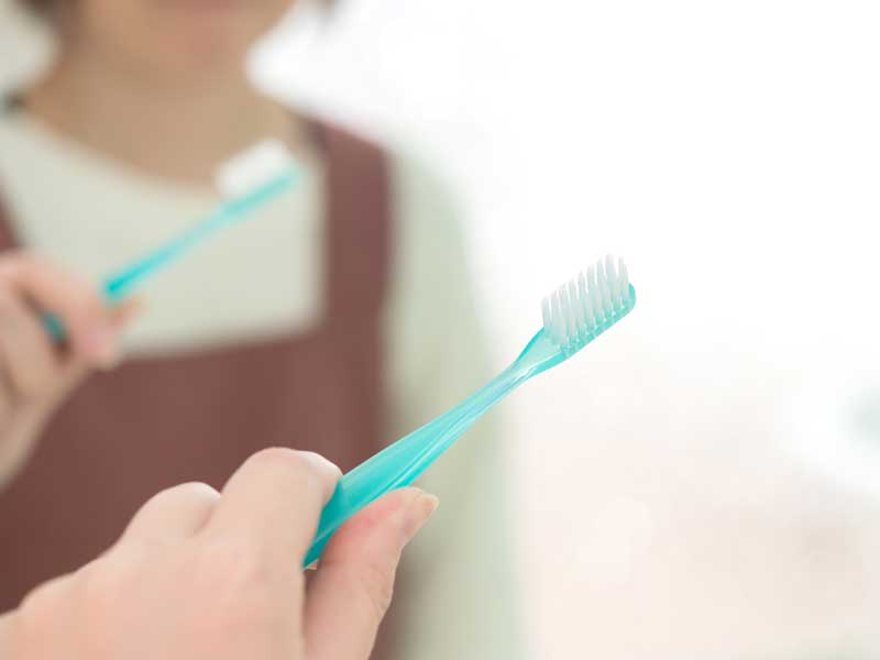 歯ブラシを持つ主婦
