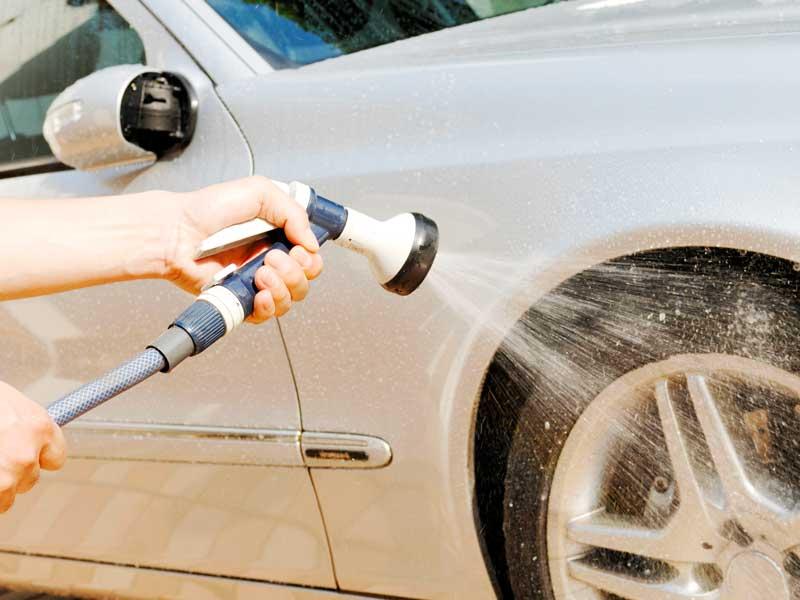 洗車をしている夫の手
