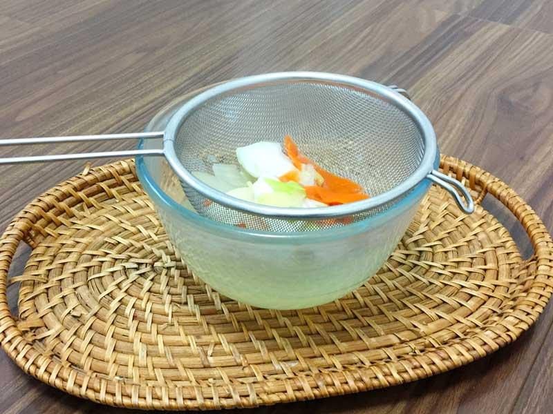 煮出したクズ野菜をザルで濾してできたベジブロス