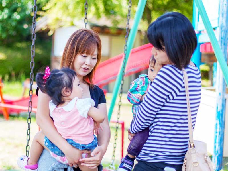 公園で遊ぶ子供とママ達