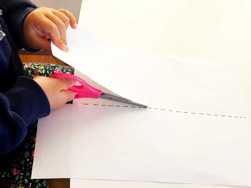 点線をハサミで切る子供