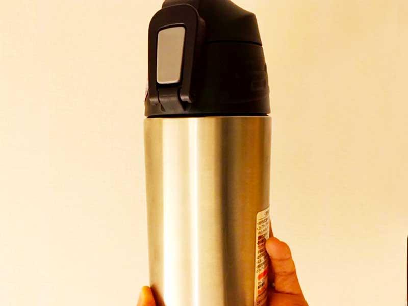 シルバーのシンプルな水筒