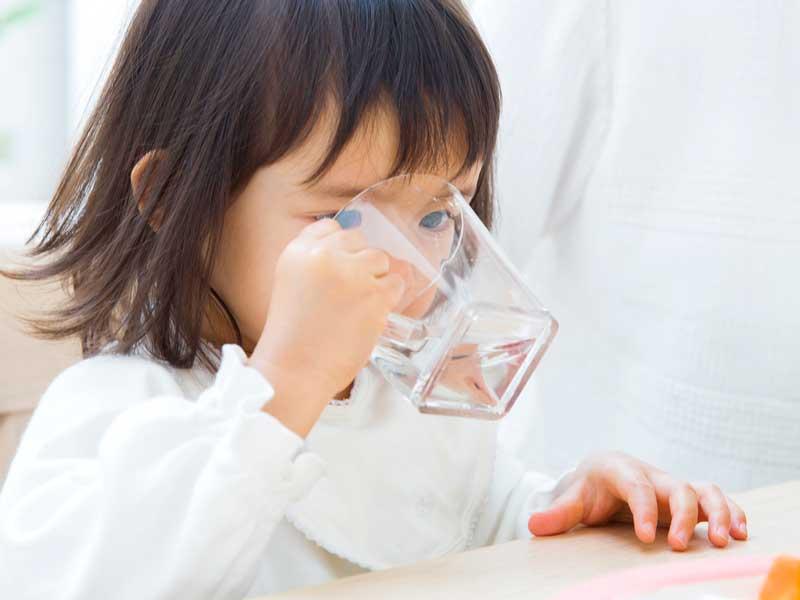 水を飲んでいる女の子