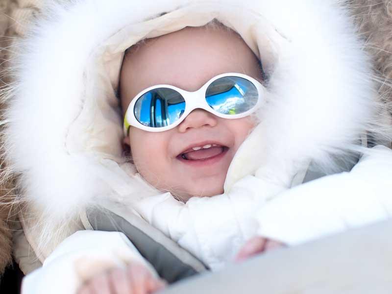 防寒して外出する赤ちゃん