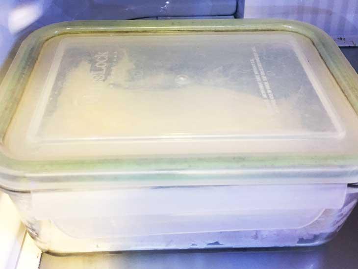 混ぜ合わせた材料を冷蔵庫で寝かす