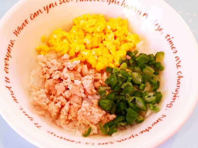 魚肉ソーセージの3色丼