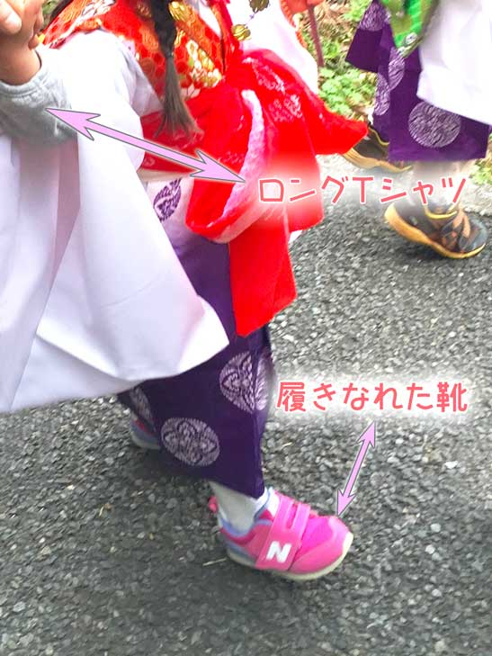 運動靴を履いている稚児行列衣装の女の子