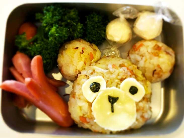 クマの形のおにぎりが入ったお弁当