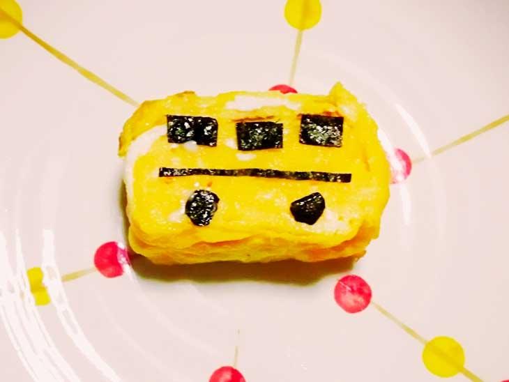 海苔でバスの模様を作った卵焼き