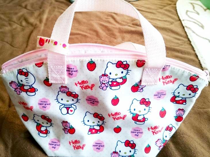 キティちゃんがついたピンクのお弁当バッグ