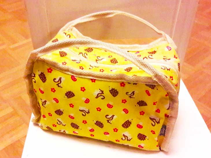 持ち手が二つ付いたリス模様のお弁当バッグ