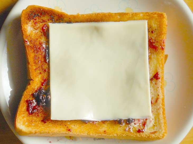バターとチーズとブルーベリージャムがのったトースト