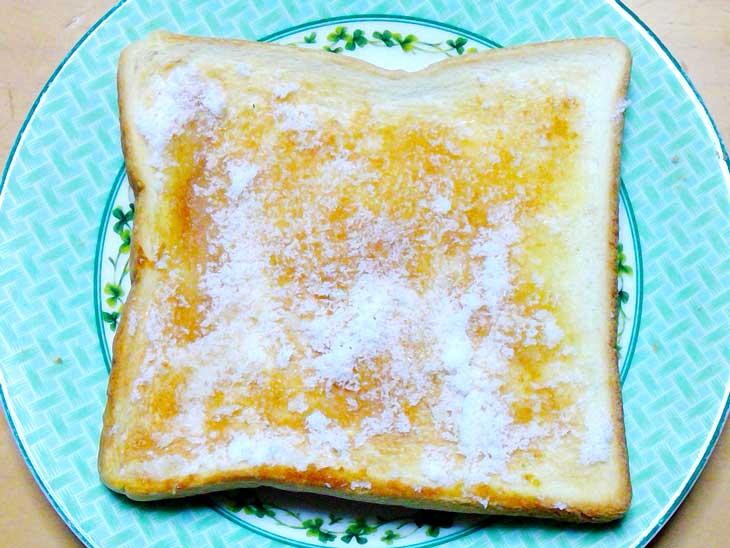 砂糖をふりかけたトースト