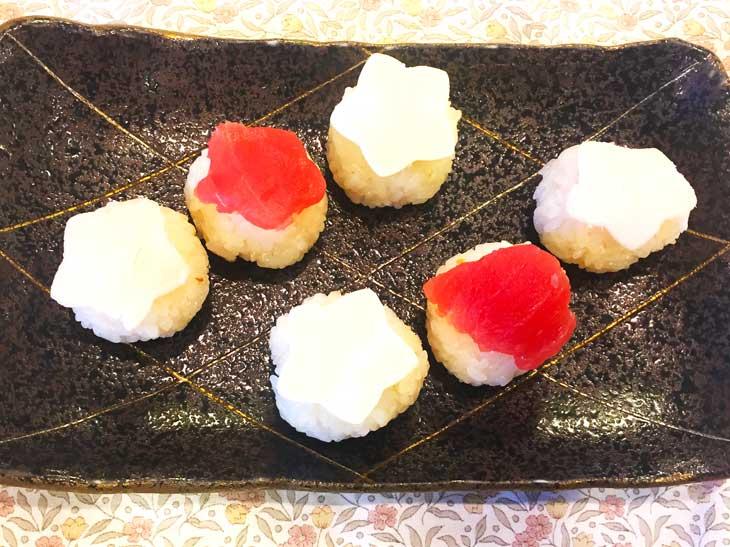 刺身とスライスチーズでトッピングをした手まり寿司