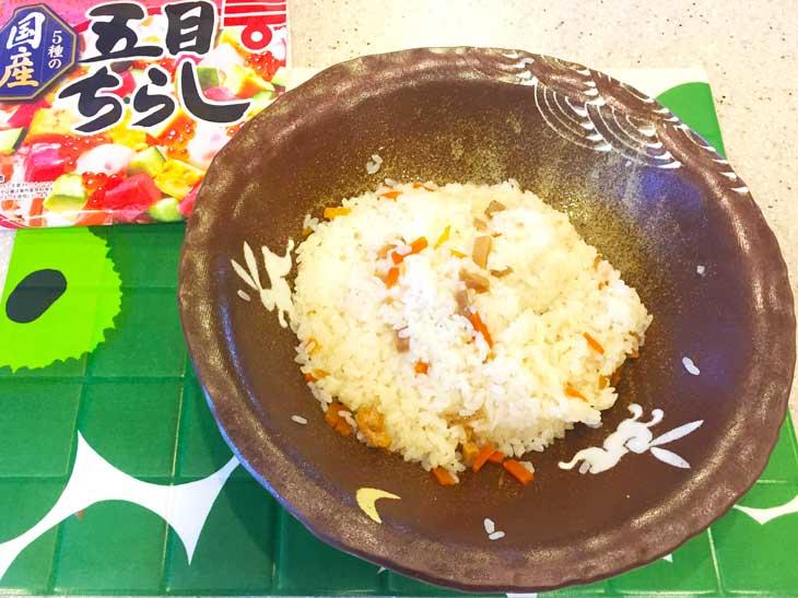 ちらし寿司の素を混ぜた炊き立てのご飯