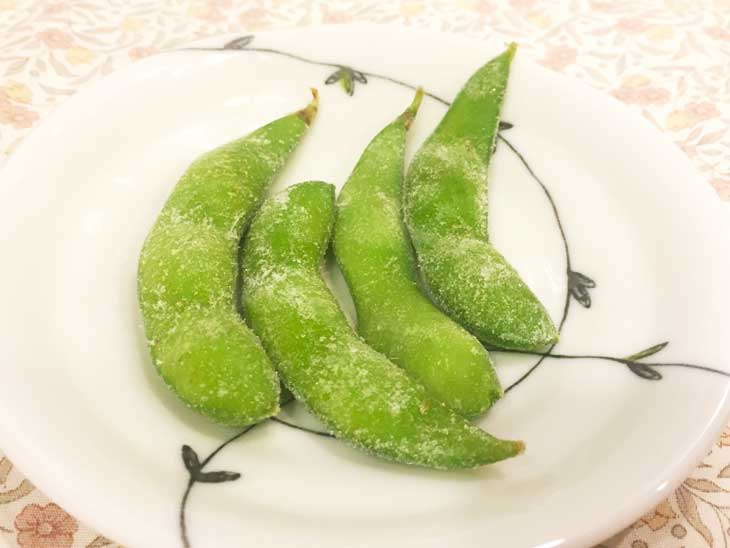 解凍中の冷凍枝豆