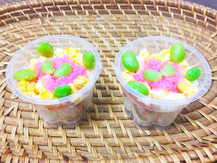 桜でんぶと枝豆と炒り卵で盛り付けたカップチラシ寿司