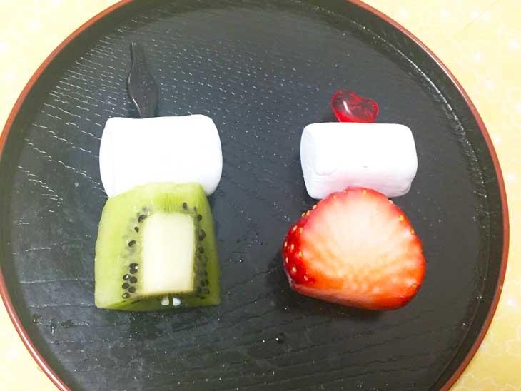 マシュマロとキウイとイチゴで作ったお雛様とお内裏様