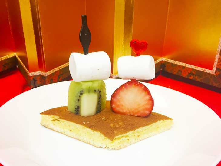 マシュマロと果物で作ったお雛様とお内裏様をのせたホットケーキ