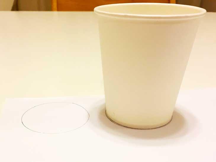 紙コップの底で丸い円を書いた白画用紙