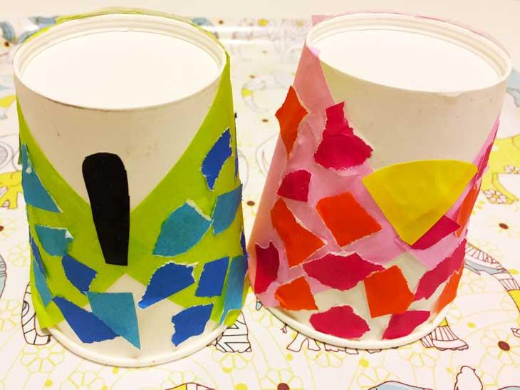 胴体部分を折り紙で飾り付けて笏と扇を貼った逆さにした紙コップ