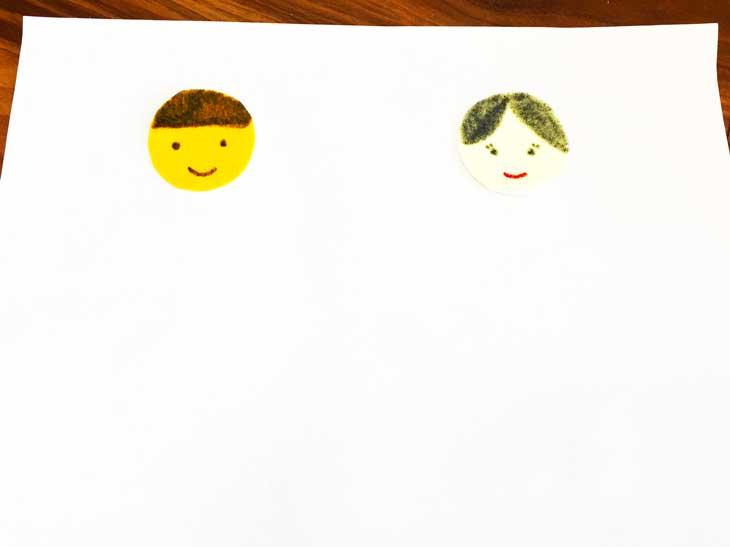 油性マジックで顔を描いた2枚のフェルト