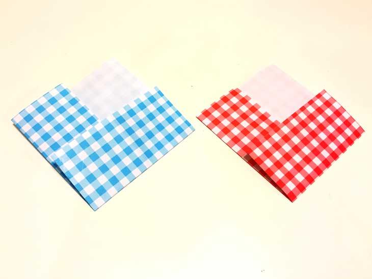 左右と下に色柄が出て上の尖った部分だけ白い折り紙