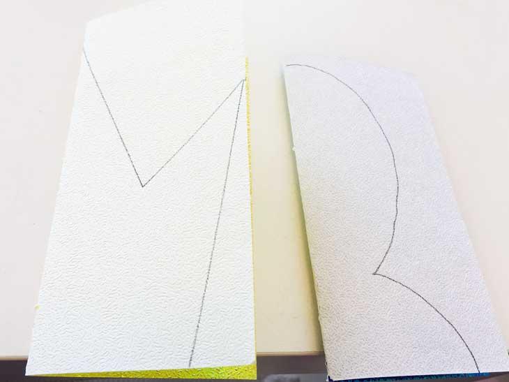 半分に折って線が書かれた折り紙