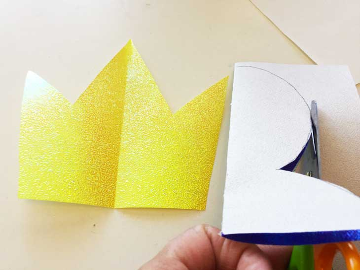 折り紙に書かれた線の上をはさみで切っている様子