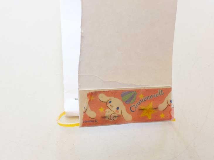 ホチキスの針の部分をテープで覆った細い画用紙
