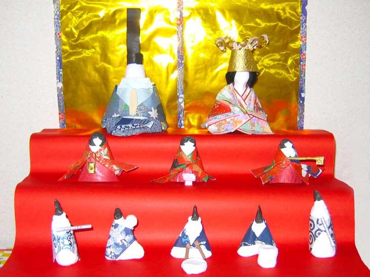 100円ショップグッズで手作りした3段飾りのお雛様