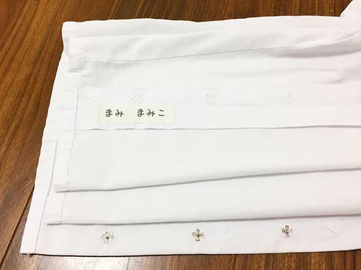 100円ショップのゼッケンをつけた服