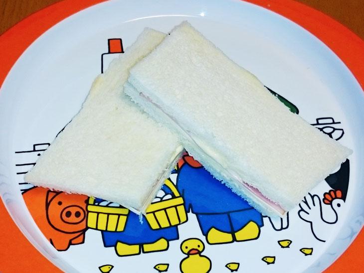 ハムとチーズをはさんだサンドイッチ
